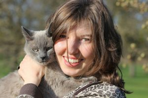 mujer con su gato